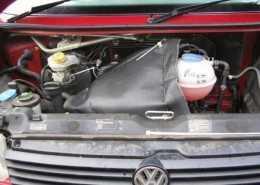 Motordeken grijs bij rode auto